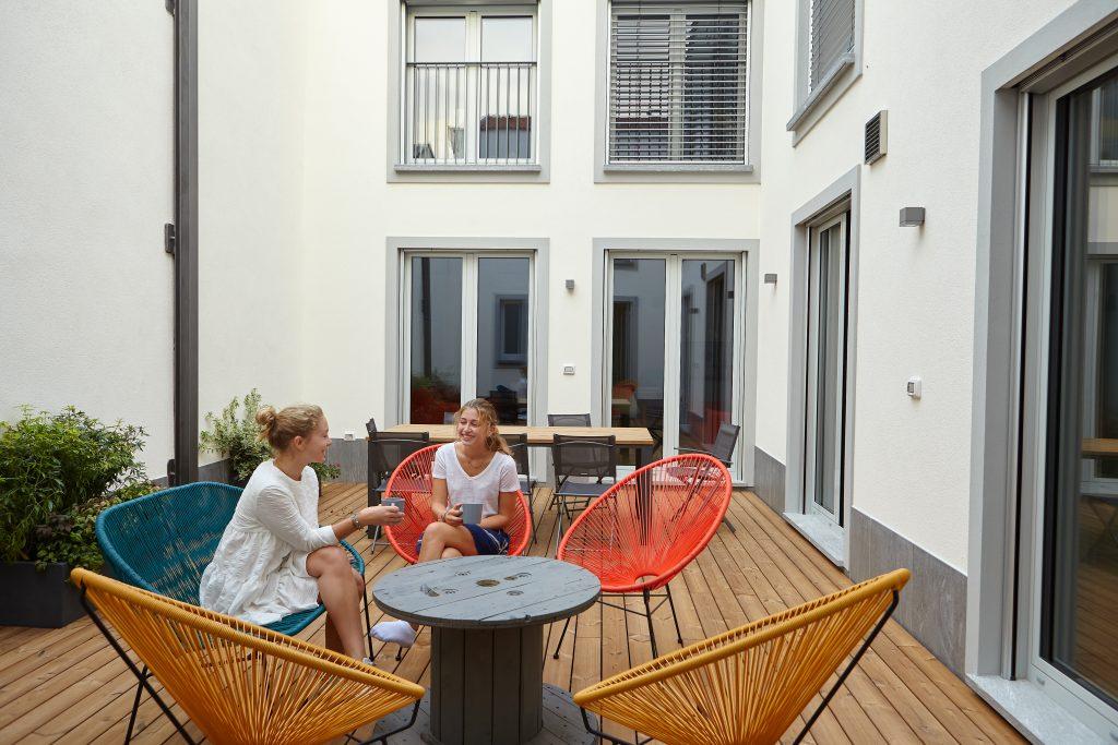 Un momento di relax degli ospiti di eco-living