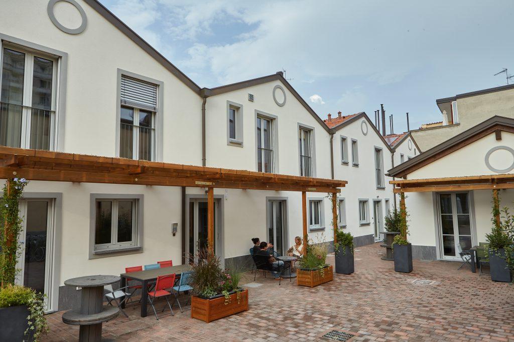 eco-living, un'immagine del complesso con il cortile attrezzato